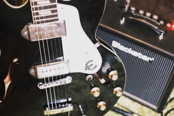 黒いギター。